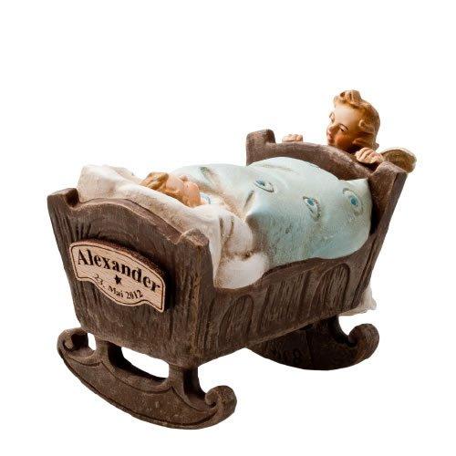 Engelchen an Wiege mit Jungen, Hellblaue Decke - Original MAROLIN® - Engel als Taufgeschenk oder zum Geburtstag